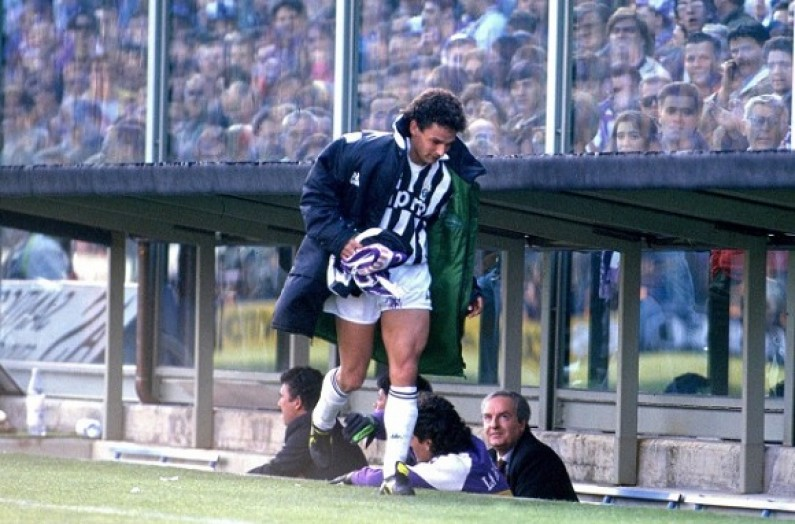 Roberto_Baggio_raccoglie_la_sciarpa_viola_-_Fiorentina_1-0_Juventus_1990-1991 2